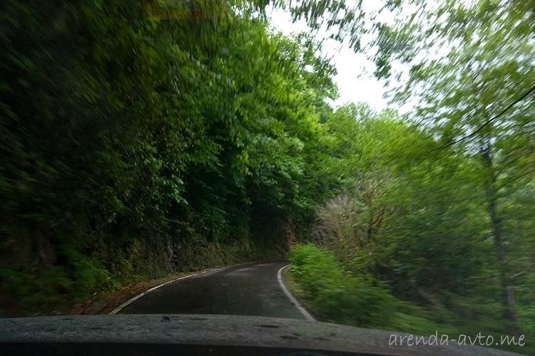 Узкая асфальтированная дорога в нацпарк Мтирала
