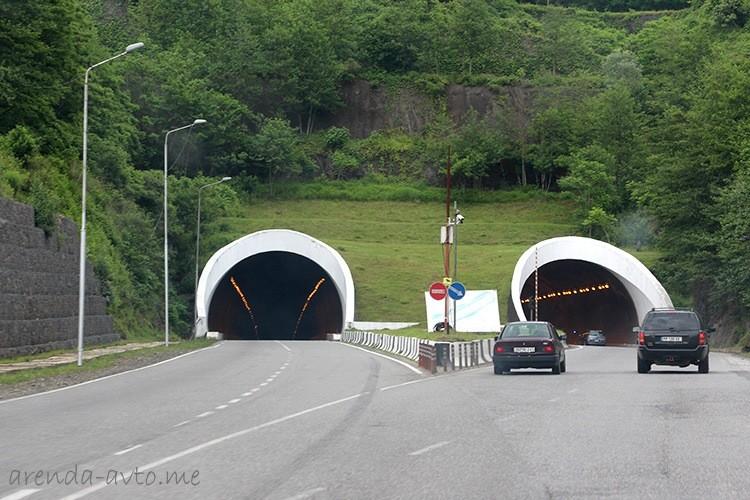 Широкая дорога и тоннель в сторону Кобулети
